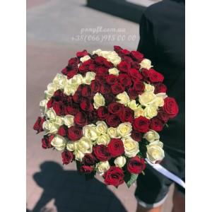 101 роза микс белых и красных 60 см