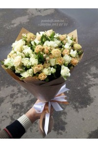 15 кустовых роз 2 вида кремовых 50 см