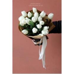 19 белых тюльпанов