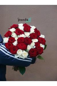 31 роза микс красных и белых 70 см