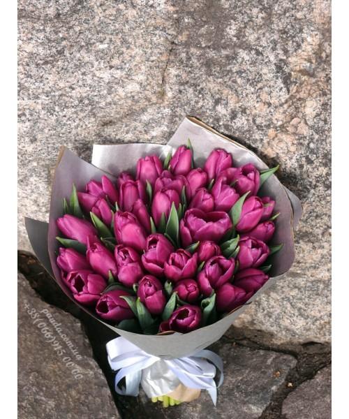 35 фиолетовых тюльпанов