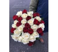 35 роз микс красных и белых 60 см