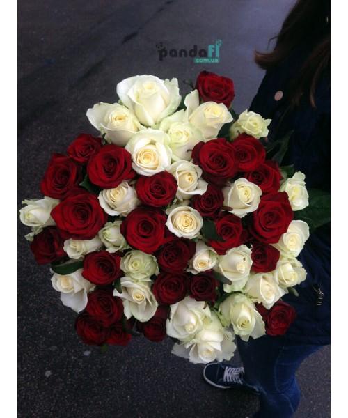 45 роз микс красных и белых 70 см