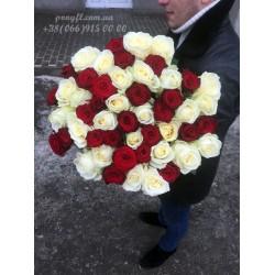 51 роза микс белых и красных 70 см