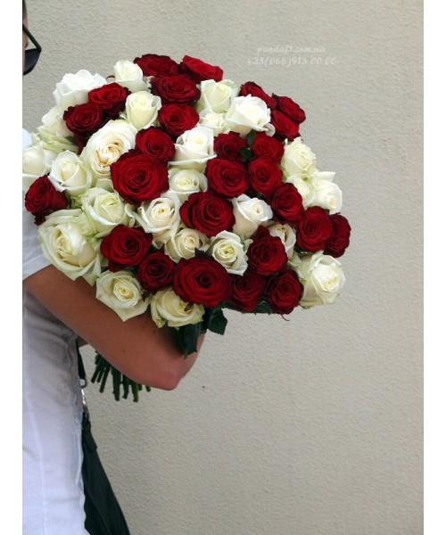 51 роза микс белых и красных 80 см