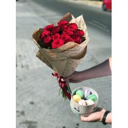Набор 15 красных роз и 6 макарун