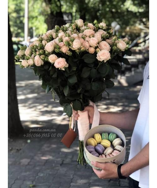 Набор 19 кустовых роз и 14 макарун