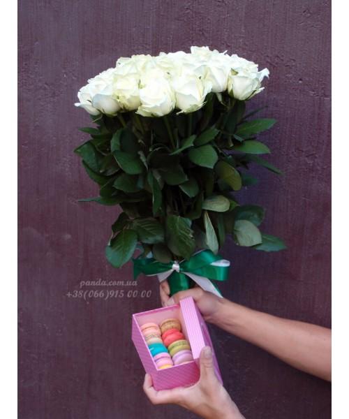 Набор 35 белых роз и 10 макарун