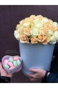 Набор шляпная коробка 51 роза и 8 макарун